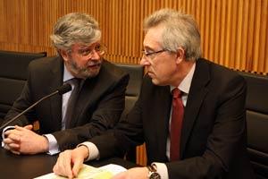 Antonio Macho y el presidente del TSXG en la mesa de presidencia